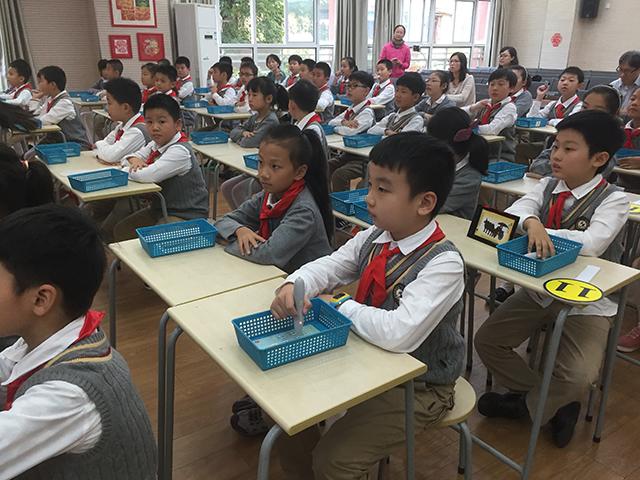 拉萨路小学学生们使用焦点智慧教室