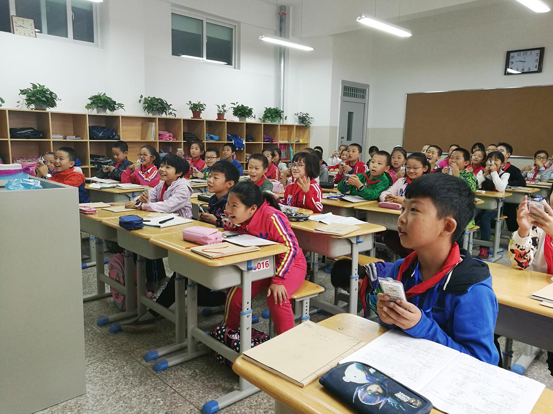 孩子们体验智慧课堂.jpg