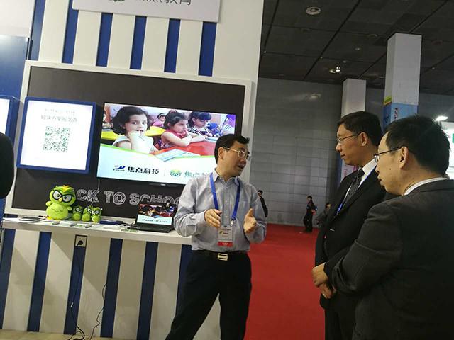 焦点科技总裁沈锦华向来宾介绍焦点教育产品