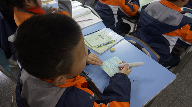 孩子们进行抢答和随机点名的课堂互动环节.jpg