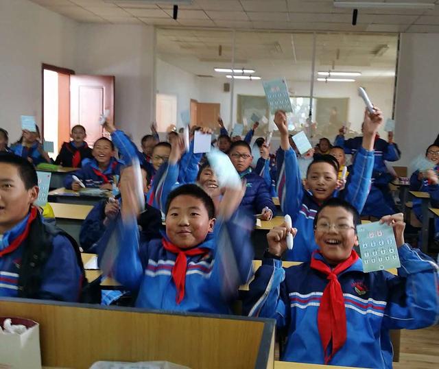 孩子们在焦点智慧课堂上很兴奋