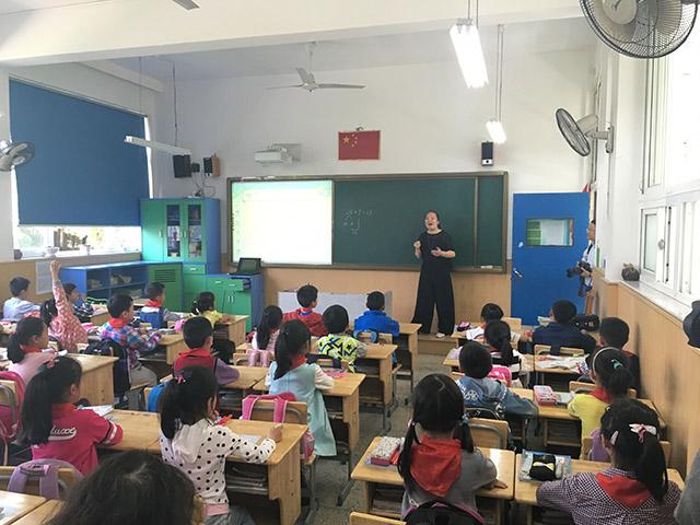 毛老师给孩子们上课